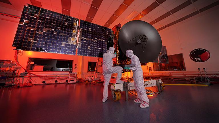 Zwei Arbeiter sind an der Marssonde Hope im Mohammed bin Rashid Space Centre beschäftigt (6.6.2019); Foto: dpa