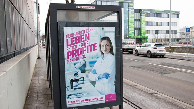 """Ein Plakat an einer Bushaltestelle in Mainz wirbt für die Kampagne """"Biontech Leaks"""" des Künstlerkollektivs Peng."""
