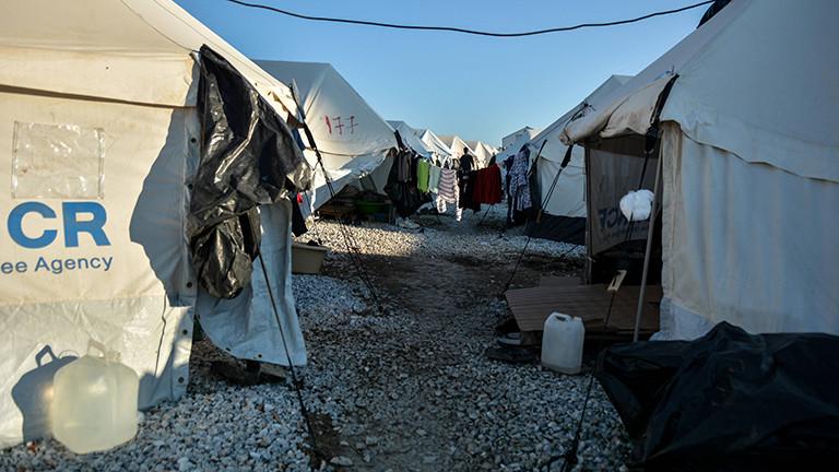 Momentaufnahme aus dem Flüchtlingslager Kara Tepe auf Lesbos; ein Kiesweg gesäumt von Zelten (11.10.2020)