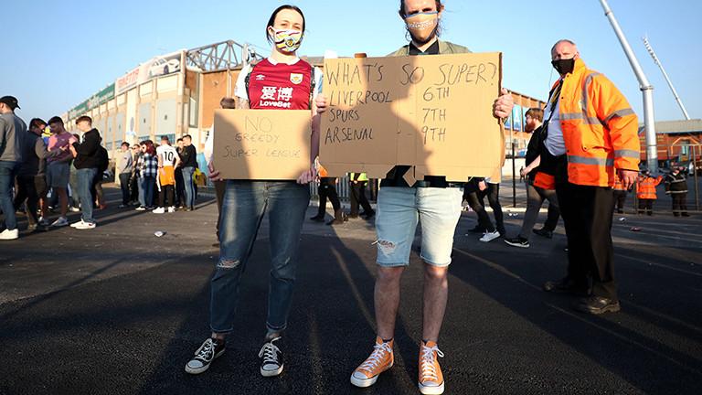 Bei einem Fußballspiel zwischen Liverpool und Leeds United in Großbritannien protestieren Fans. Liverpool will bei der Super League mitmachen (19.04.2021)