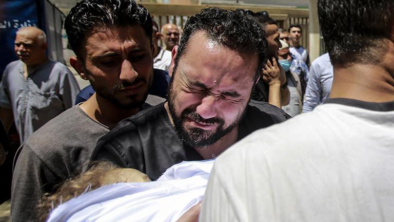 Ein Mann weint. Er trauert um ein Familienmitglied, das bei einem Angriff der israelischen Armee auf den Gaza-Streifen getötet wurde (16.05.2021); Foto: dpa