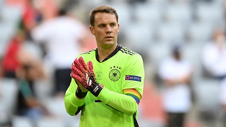Manuel Neuer trägt beim EM-Spiel gegen Portugal eine Kapitänsbinde in Regenbogenfarben (19. Juni 2021)
