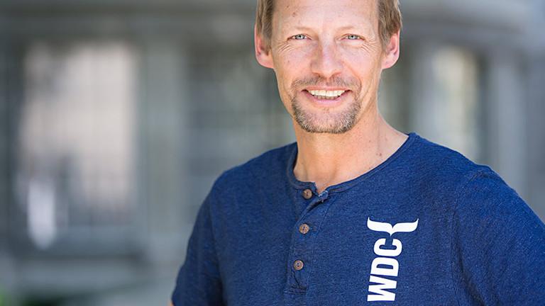Ein Portraitfoto von dem Biologen und Walschützer Fabian Ritter.