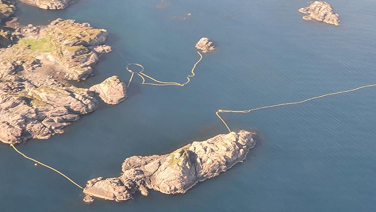 Luftaufnahme einer Bucht in Norwegen mit verschiedenen Netzen; hier sollen Zwergwale für Schalltests gefangen werden.