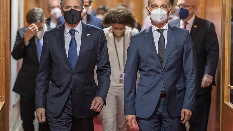 Der deutsche Außenminister Heiko Maas läuft einen Gang entlang, neben ihm der US-Außenminister Antony J. Blinken; sie treffen sich im Rahmen der zweiten Libyen-Konferenz (23.06.2021)