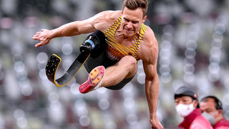 Markus Rehm bei einem Weitsprung bei den Paralympics in Tokio. Er fliegt durch die Luft. Und er holte Gold. (1.9.2021)