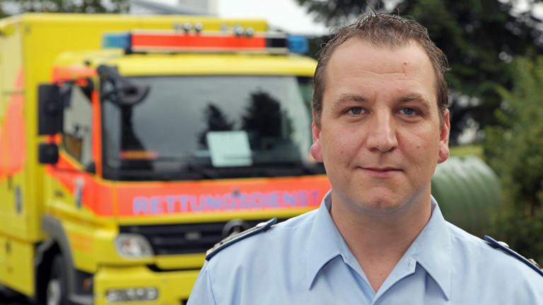 Hauptfeldwebel Jörg May steht am 24.09.2014 am Bundeswehrzentralkrankenhaus in Koblenz (Rheinland-Pfalz) vor einem Rettungswagen.