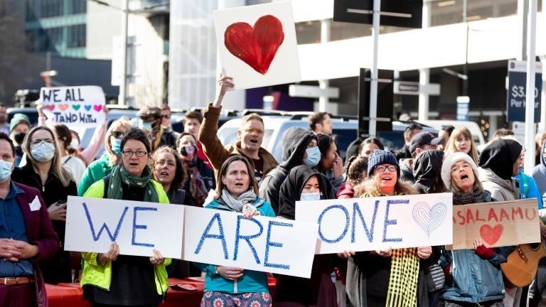 Menschen jubeln den Überlebenden und ihren Angehörigen vor dem Gerichtsgebäude in Christchurch zu.