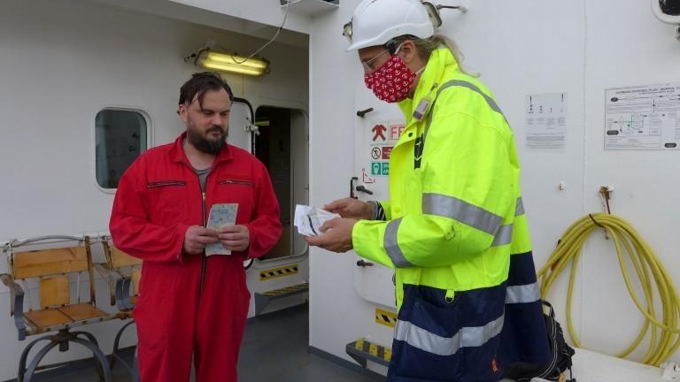 Zwei Männer an Bord im Gespräch