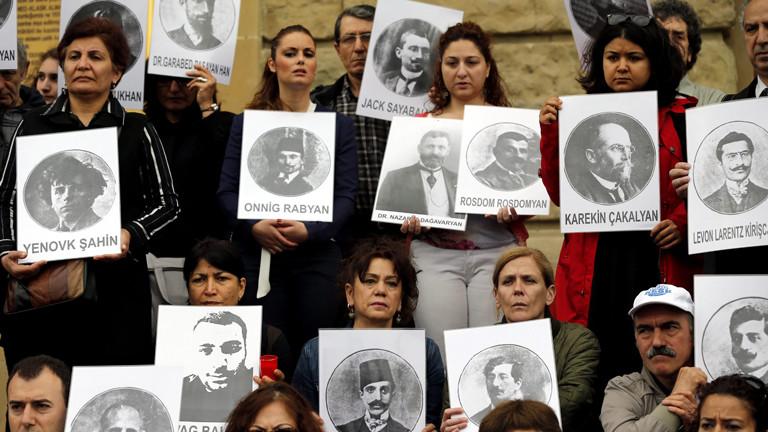 Türken und Armenier halten in Istanbul Bilder ermordeter Armenier in die Höhe