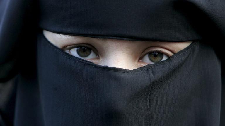 Eine Frau trägt bei einer Demonstration gegen das Verbot einer Vollverschleierung am 30.11.2006 in Den Haag eine Burka.