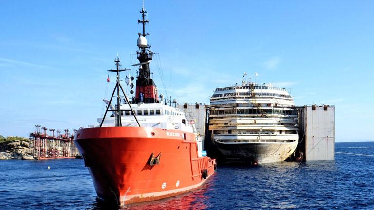 Ein einzelner Schlepper zieht die Costa Concordia