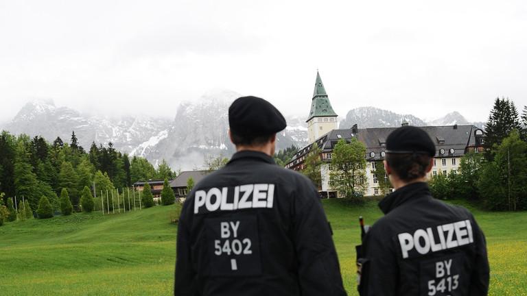 Zwei Polizisten stehen am 26.05.2015 in Elmau (Bayern) vor dem Schloss Elmau, wo vom 07. bis 08.06.2015 der G7-Gipfel stattfindet.