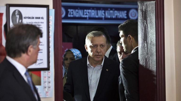 Recep Tayyip Erdoğan bei der Stimmabgabe
