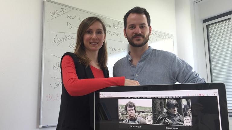 Tatyana Goldberg und Christian Dallago stehen am Mittwoch (20. April 2016) in ihrem Büro der Technischen Universität München in Garching hinter einem Computerbildschirm, auf dem ihr Projekt zu sehen ist.