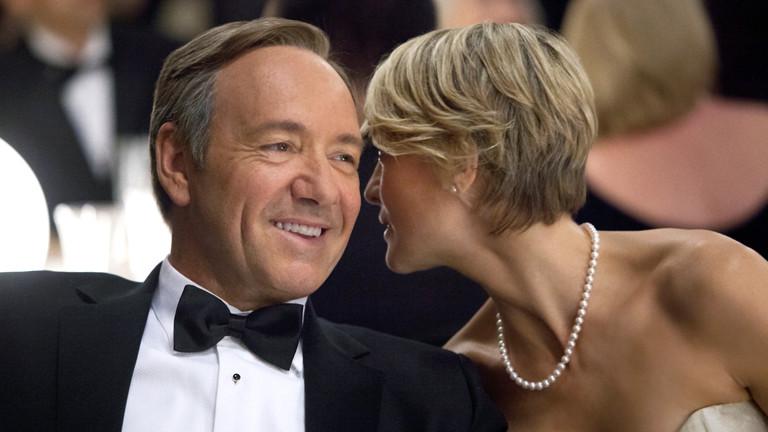 """Die Schauspieler Kevin Spacey (als Francis «Frank» J. Underwood) und Robin Wright (als seine Ehefrau Claire Underwood) in einer Szene Internetserie """"House of Cards""""."""
