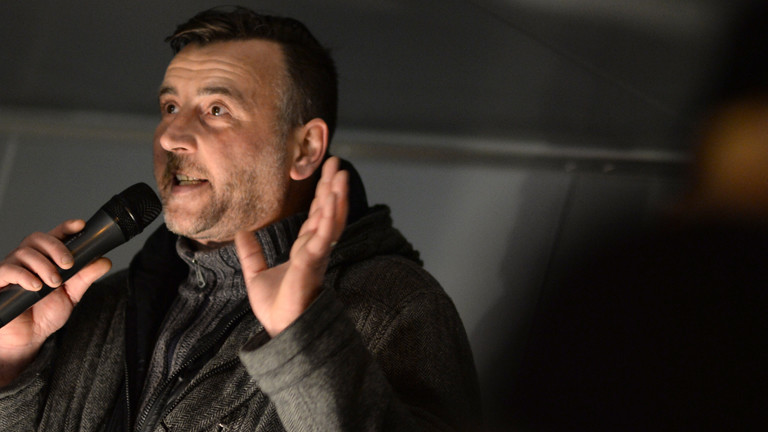 Der Versammlungsleiter Lutz Bachmann spricht am 22.12.2014 in Dresden (Sachsen) zu den Anhänger des Pegida-Bündnisses (Patriotische Europäer gegen die Islamisierung des Abendlandes), die gegen die angebliche Überfremdung durch Flüchtlinge auf den Platz vor der Semperoper demonstrieren.