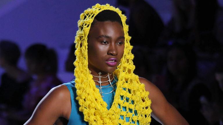 Ein Model führt die Kollektion des Designers Intisaar Mukadam aus Zimbabwe bei der Fashion-Week Africa in Johannesburg vor.