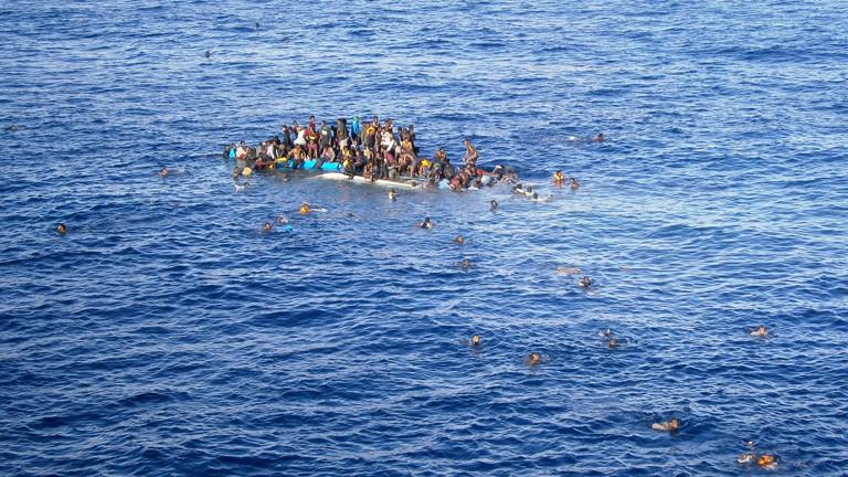 """ie Aufnahme vom 12.04.2015 zeigt Flüchtlinge, die mit ihrem Boot in unmittelbarer Nähe des Frachtschiffes """"OOC Jaguar"""" auf dem Mittelmeer gekentert sind."""