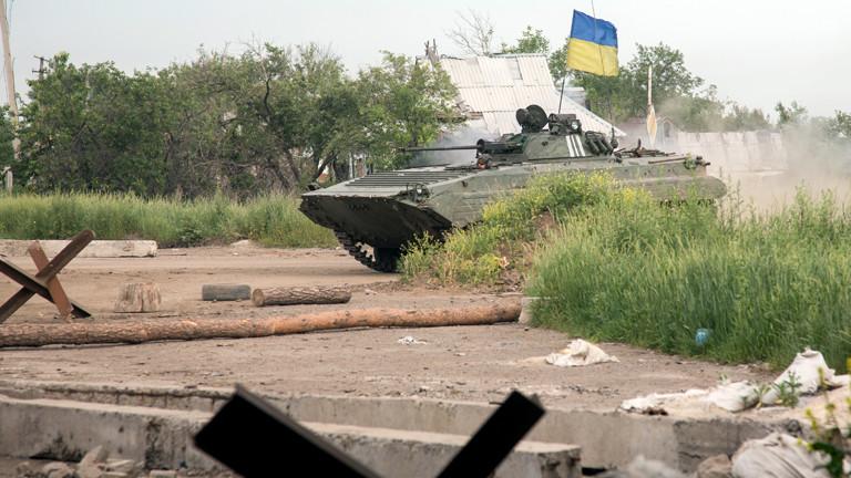 Ein ukrainischer Panzer an einem Checkpoint in Pisky, nahe Donezk