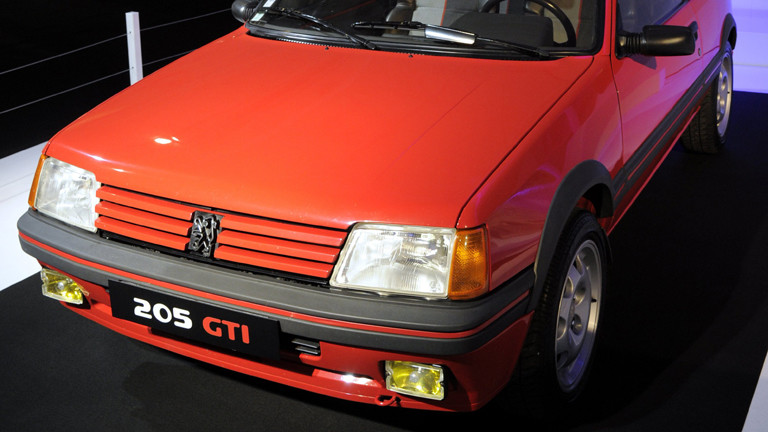 Ein roter Peugeot 205 GTI