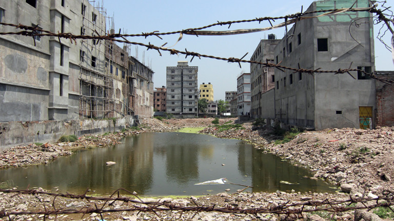 Blick auf die Baulücke, die nach dem Einsturz des Rana-Plaza-Gebäudes vor zwei Jahren zurückblieb, aufgenommen am 9. April 2015 in Savar in Bangladesch