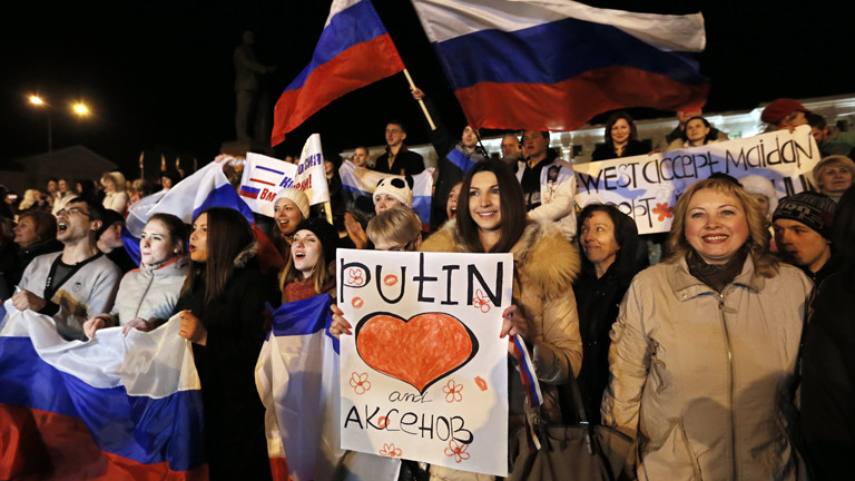 In der Krim-Hauptstadt Simferopol feiern Menschen Wladimir Putin.