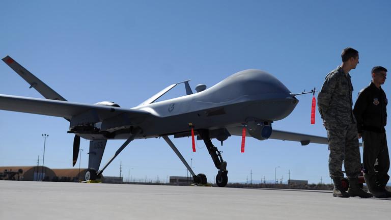 Eine Drohne der US-Streitkräfte steht am 15.02.2012 auf der Holloman Air Force Base in Alamogordo, USA (dpa).