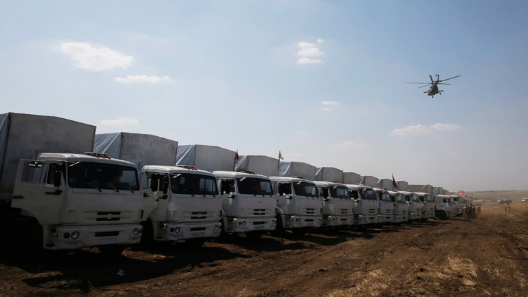 Russischer Hilfskonvoi wartet vor der ukrainischen Grenze (14.08.2014 / dpa).