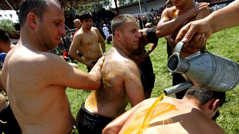 Türkische Öl-Wrestler bereiten sich auf ihren Kampf vor (dpa).