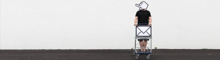 Bildmontage: Mann mit Einkaufswagen, Internet-Shopping-Icons
