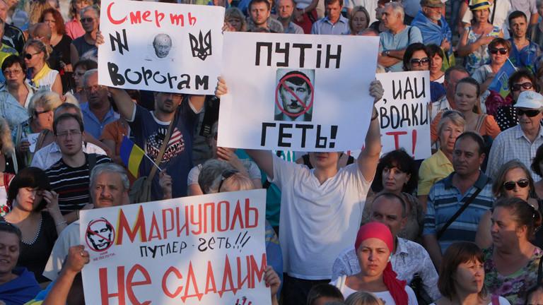 In Mariupol demonstrieren Ukrainer gegen Putin - und russische Soldaten in der Ukraine (dpa).