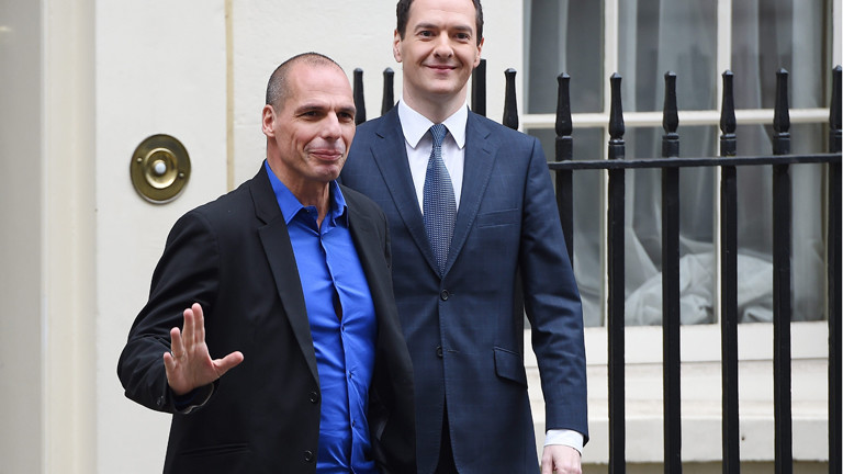 Ich bin anders als die anderen - signalisiert der griechische Finanzminister (links).