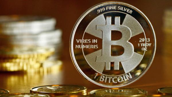 """Bitcoin-Münzen, fotografiert am 28.11.2013 in Berlin beim Münzhandel """"BitcoinCommodities""""."""