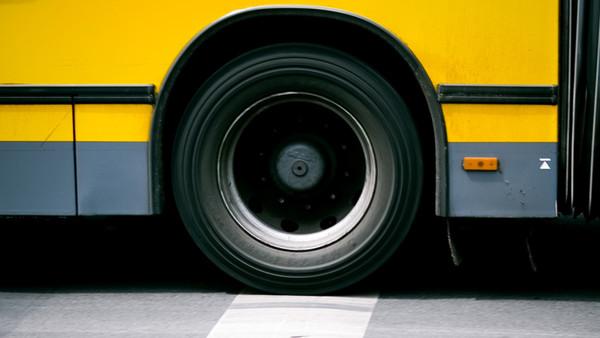 Ein Bus steht auf einer Straße.