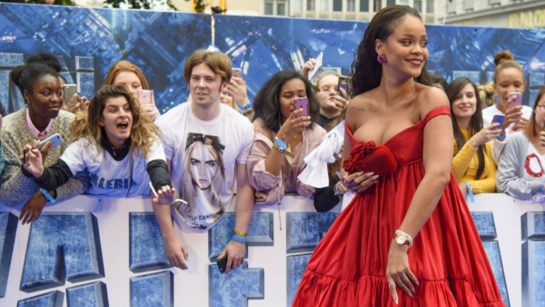 """Rihanna bei der Filmpremiere von """"Valerian"""" in London mit einem tief dekolletierten roten Kleid"""
