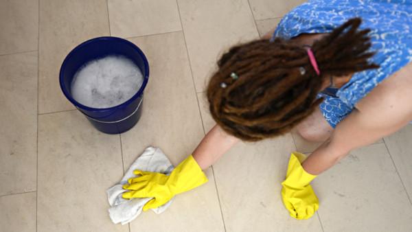 Frau bei der Arbeit als Reinigungskraft
