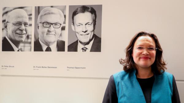 Andrea Nahles vor den Portraits der letzten drei Fraktionsvorsitzenden der SPD