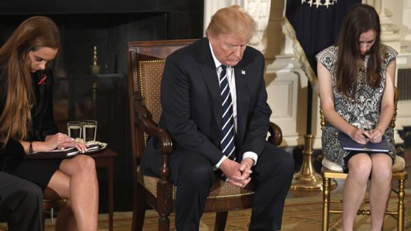 US-Präsident Donald Trump mit Angehörigen der Opfer des Parkland-Massakers.
