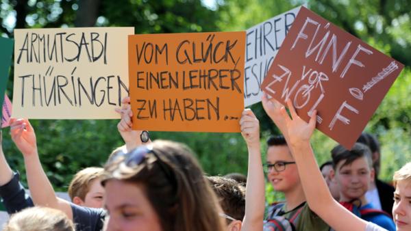 Demonstration gegen Lehrermangel am 01.06.17 in Erfurt, Thüringen. Auf den Schildern steht: Vom Glück, einen Lehrer zu haben oder Fünf vor Zwölf