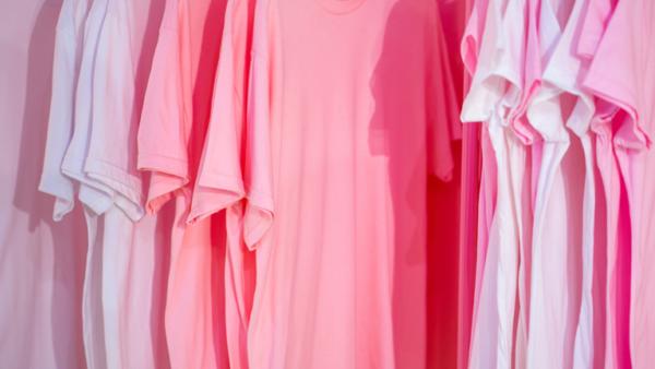 Eine Reihe pinker T-Shirts