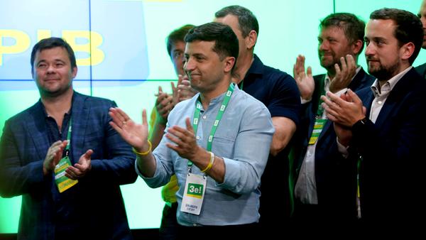 """Ukraines Präsident Wolodymyr Selenskyj applaudiert als die Partei """"Diener des Volkes"""" zum Wahlsieger ernannt wird"""