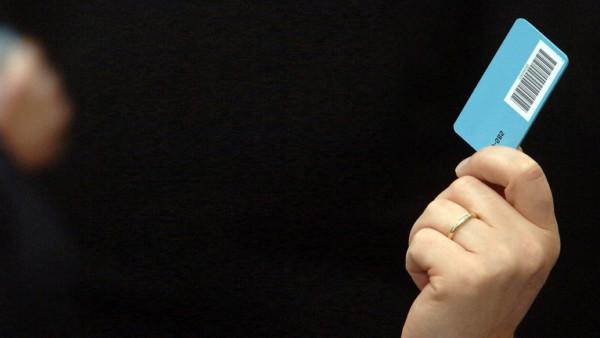 Ein Bundestagsabgeordneter hält seine Stimmkarte hoch