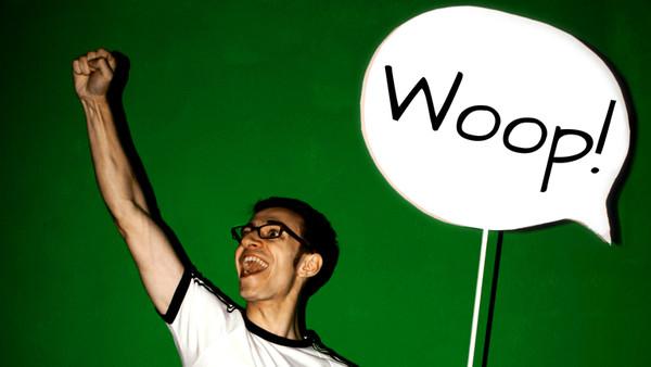 Ein junger Mann hat ein Schild in der Hand mit dem Wort Woop