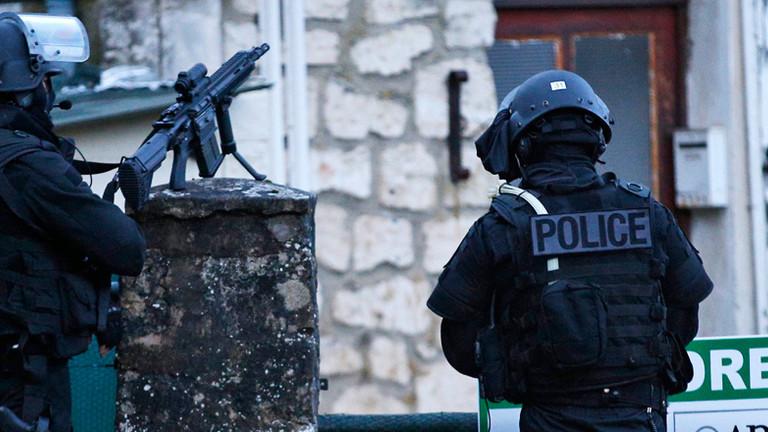 Französische Polizisten auf der Suche nach den mutmaßlichen Attentätern auf die Redaktion von Charlie Hebdo (dpa, 8.01.2015).
