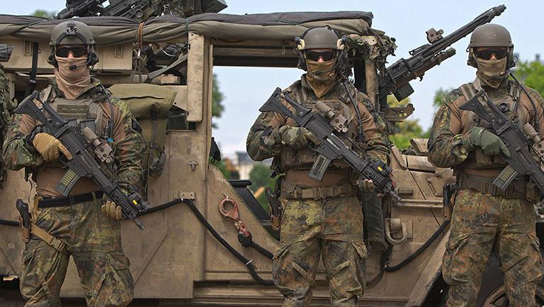 Soldaten stehen vor einem Militär-Jeep; sie gehören zum Kommando Spezialkräfte (KSK); sie nehmen teil an einer Vorführung einer Geiselbefreiung (19.08.2018)