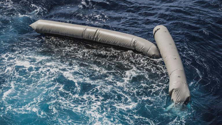Reste eines Schauchboots von Geflüchteten treiben am 22.04.2021 nordöstlich von Tripolis im Mittelmeer