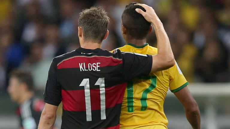 Miroslav Klose tröstet Luiz Gustavo nach dem Halbfinale BRasilien gegen Deutschland, das Brasilien 7:1 verloren hat.