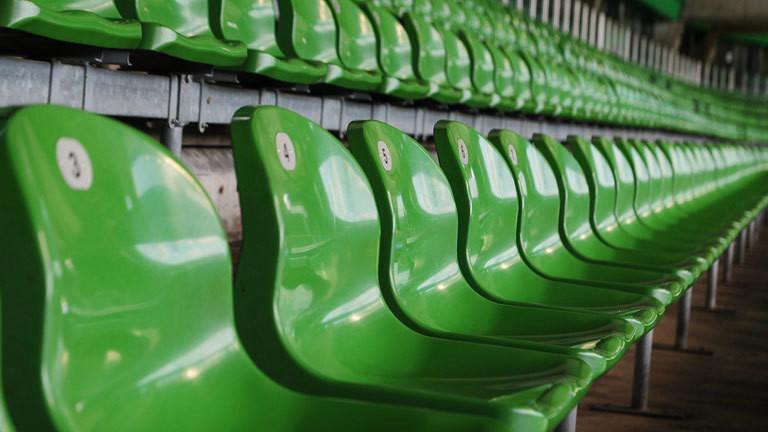Blick auf leere Ränge in einem Stadion.
