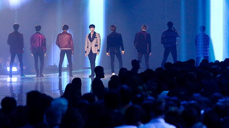 Die südkoreanische Pop-Band NCT127 bei ihrem Auftritt bei der Verleihung der MTV European Music Awards 2019 in Sevilla. Die acht männlichen Bandmitglieder stehen auf der Bühne mit dem Rücken zum Publikum, nur ein Mitglied ist dem Publikum zugewandt. (03.11.2019)